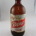 Bouteille de bière en verre brun datant de la brasserie Dow